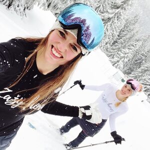 """Šikovné dámy ze @zazijhory se aktuálně """"lehounce"""" :) potí do našich triček na skialpech v Krkonoších. Máte náš obdiv a přejeme hezký power powder day :) #bambutik #zazijhory #hory #krkonose #skialpinism #skialp"""